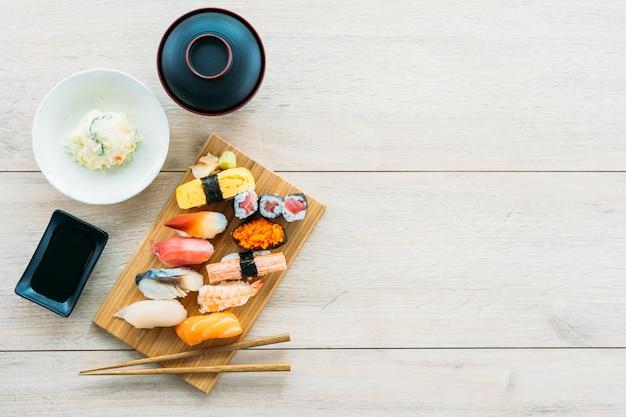 Salmão atum camarão e outros carne sushi maki
