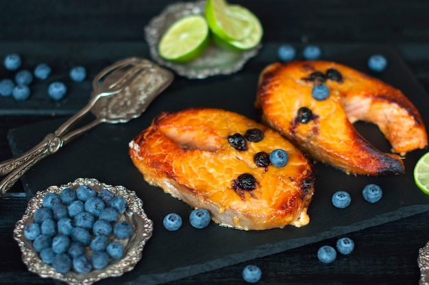 Salmão com amoras e mel, frutos do mar deliciosos no almoço.