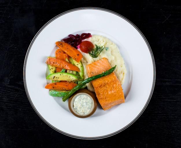 Salmão com legumes fritos e purê de batatas