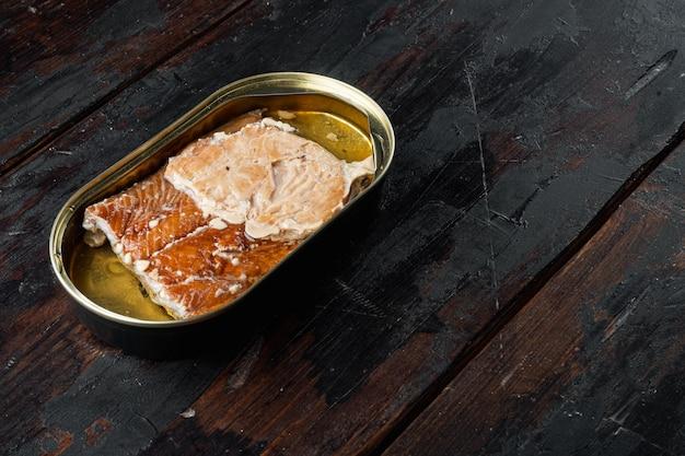 Salmão, conservas de peixe peixe defumado em lata, em lata, na velha mesa de madeira escura
