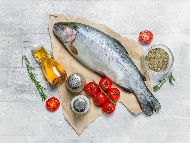 Salmão de peixe cru com tomate, especiarias e alecrim.