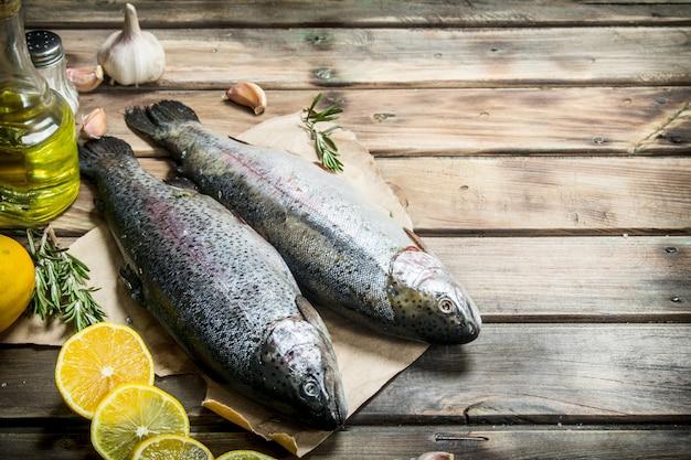 Salmão de peixe do mar cru com vinho branco e tomilho. em madeira