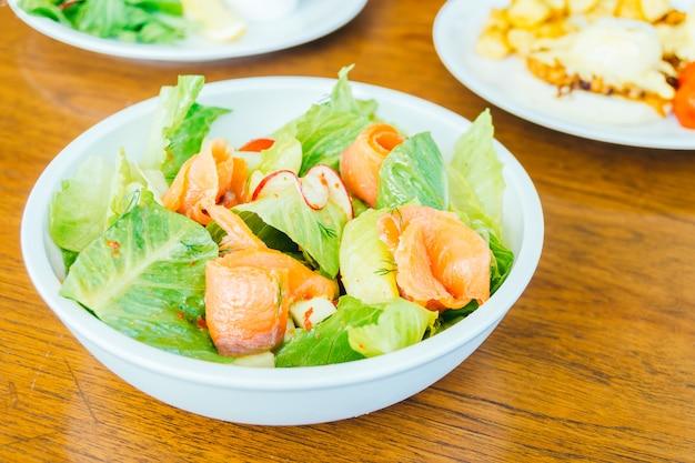 Salmão defumado com salada de legumes
