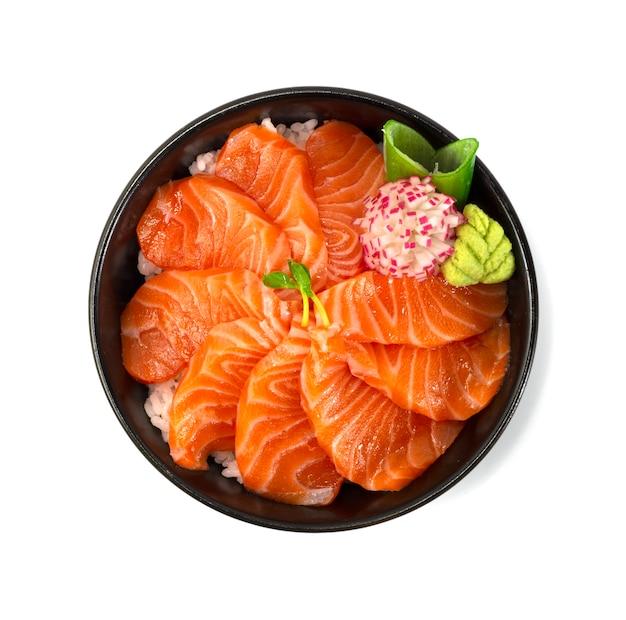 Salmão donburi estilo comida japonesa decorar vegetais de rabanete esculpido vista de cima