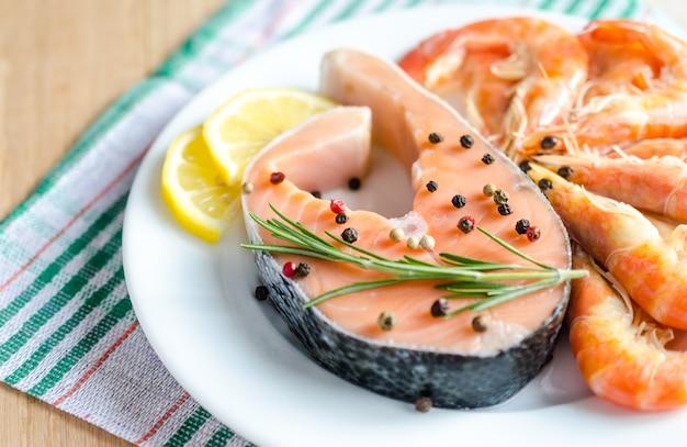 Salmão e camarão