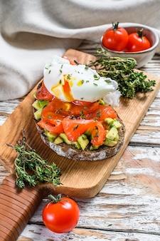 Salmão e ovo escalfado com torradas grelhadas