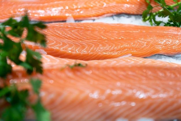 Salmão em close-up do mercado de peixes - conceito de comida - foco seletivo