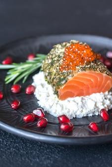 Salmão em molho de menta com caviar vermelho e ricota