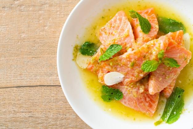 Salmão fresco cru com molho picante de salada de frutos do mar