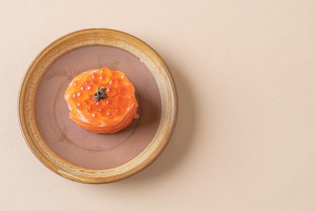 Salmão fresco cru com sushi de ovo de salmão - comida japonesa