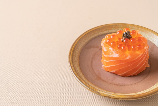 Salmão fresco cru com sushi de ovo de salmão