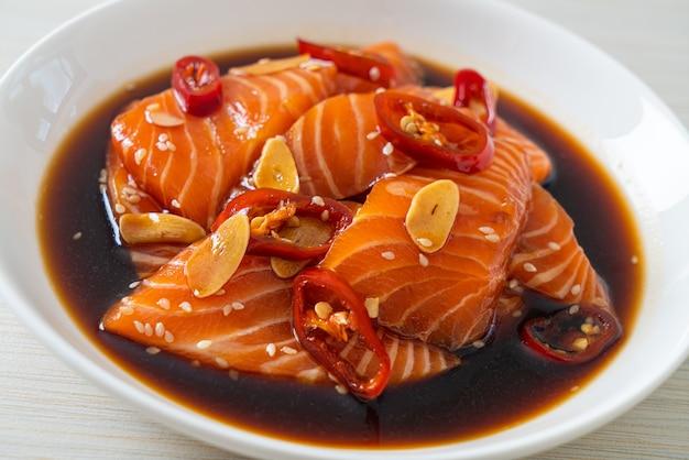 Salmão fresco cru em conserva em molho shoyu ou molho de soja