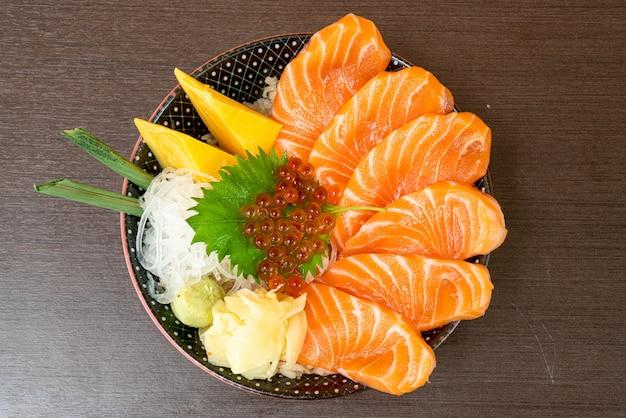 Salmão fresco na tigela de arroz coberto (donburi)