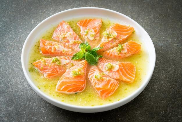 Salmão fresco picante cru em molho de salada de frutos do mar