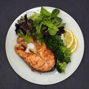 Salmão frito com brócolis no prato