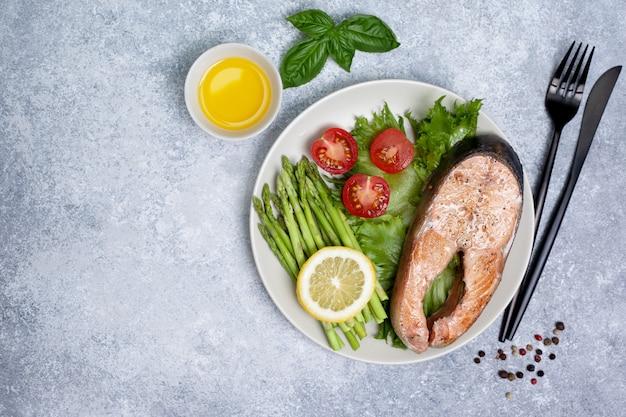 Salmão frito e legumes frescos