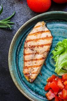 Salmão frito grelhado com legumes
