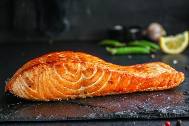 Salmão frito peixe churrasco churrasco porção de frutos do mar refeição fresca pescetarian
