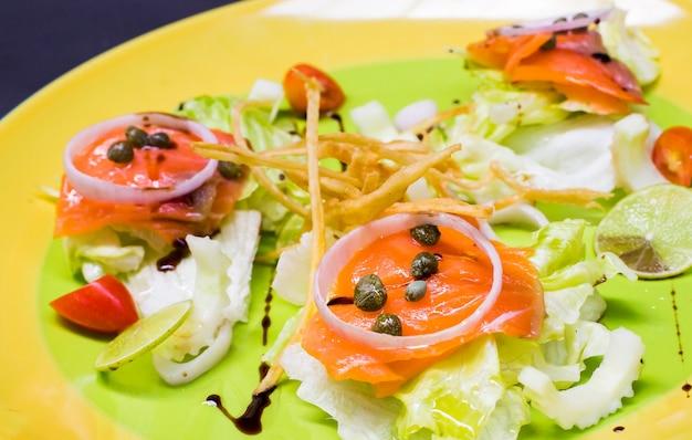 Salmão fumado com salada fresca.