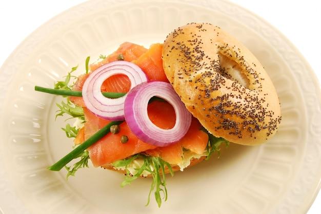 Salmão fumado com sanduíche de queijo creme de bagel