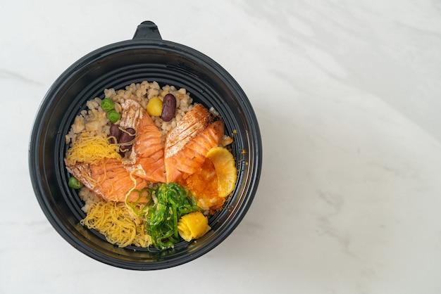 Salmão grelhado com donburi de arroz integral - comida japonesa