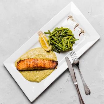 Salmão grelhado e feijão verde
