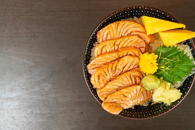 Salmão grelhado na tigela de arroz com cobertura