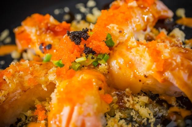 Salmão nigiri, sushi salmão queimado e coberto com ovos de camarão e tempura