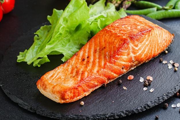 Salmão peixe frito churrasco churrasco refeição de frutos do mar
