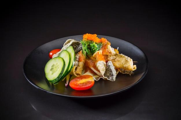 Salmão picante salada picante, comida japonesa, comida de fusão, salmão salada em estilo tailandês