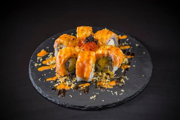 Salmão rolo coberto salmão e caviar, comida japonesa, sushi menu