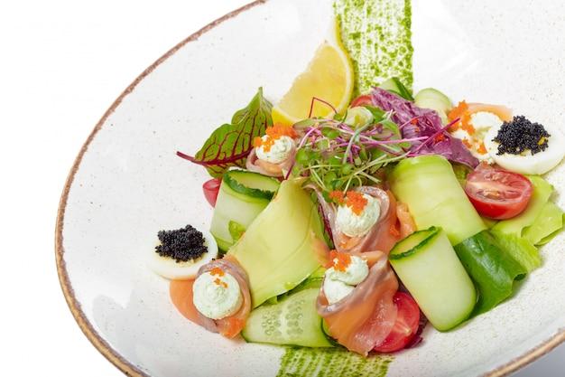Salmão salada com espinafre, tomate cereja, salada de milho, espinafre, hortelã fresca e manjericão. comida caseira