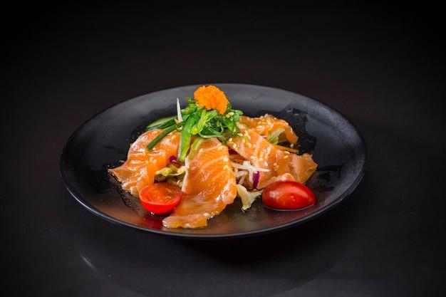 Salmão salada picante, sashimi de salmão com molho picante, comida japonesa, comida de fusão