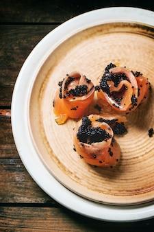 Salmão salgado e caviar preto