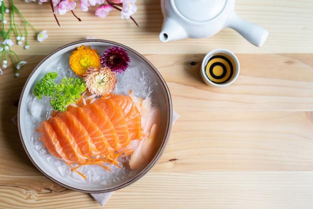 Salmão sashimi fatia fresco servir no gelo com chá, estilo japonês, vista superior