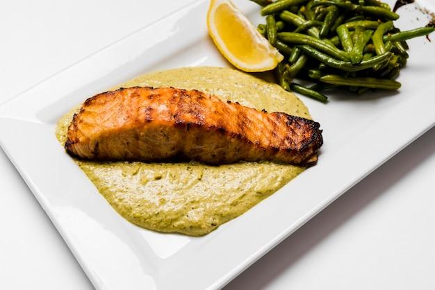 Salmão saudável e feijão verde