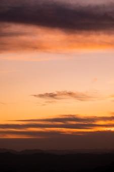 Salmão tons de rosa com nuvens do céu
