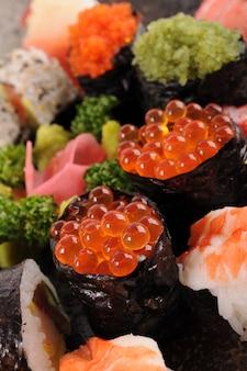 Salmon ovos sushi com assorted sushi platter