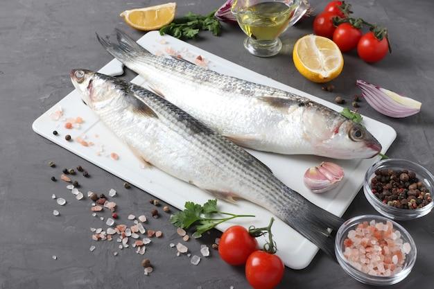 Salmonete de peixe cru com ingredientes e temperos