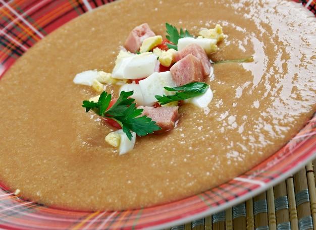 Salmorejo - puré constituído por tomate e pão, originário de córdoba na andaluzia, sul da espanha.