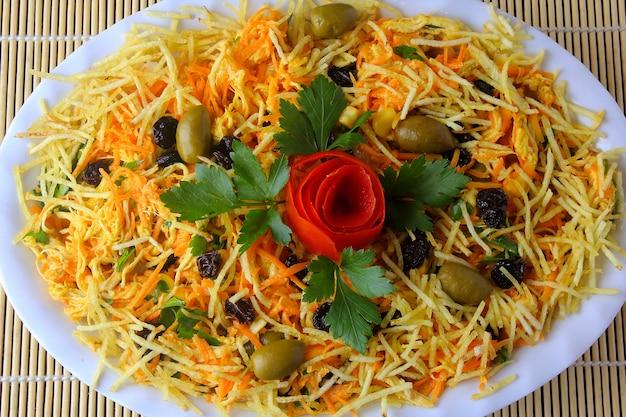 Salpicao é uma salada típica brasileira, feita com frango desfiado, passas, cenoura ralada, palitos de batata e maionese.