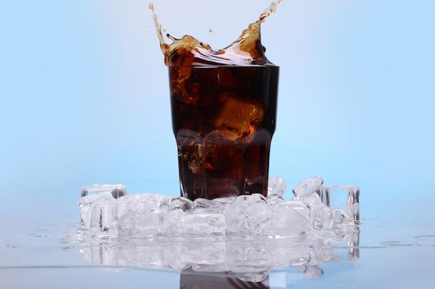 Salpicos de bebida gelada de cola