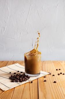 Salpicos de café com leite num copo
