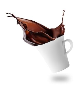 Salpicos de chocolate quente fora do copo branco inclinado
