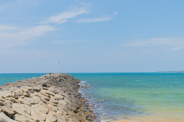 Salpicos de ondas batendo contra as pedras costeiras.