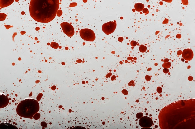 Salpicos de sangue na superfície branca