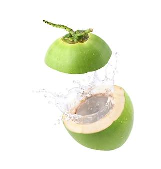 Salpicos de suco de coco isolado no fundo branco.