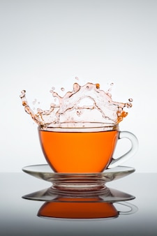 Salpicos de xícara de chá