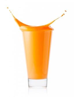 Salpicos em copo de suco de cenoura ou laranja ou iogurte