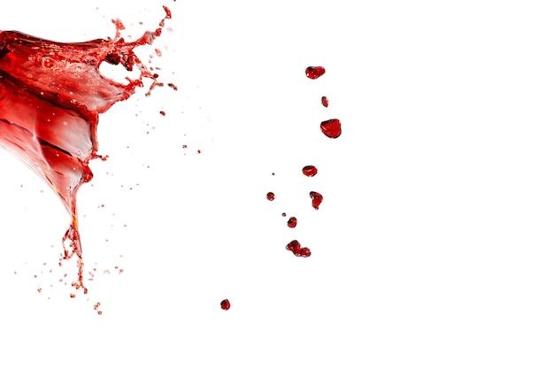 Salpicos vermelhos isolados na parede branca.